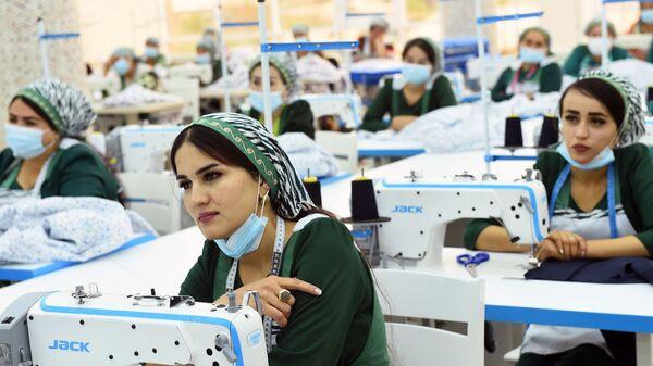 Швея на производстве - Sputnik Таджикистан