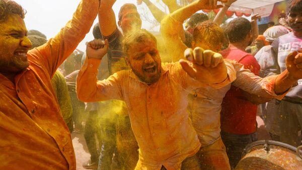 Люди танцуют на празднике красок холи в Индии - Sputnik Тоҷикистон