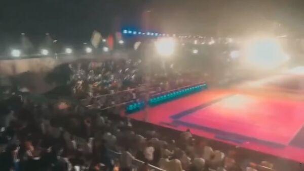 Момент обрушения трибуны со зрителями в Индии - видео - YouTube - Sputnik Тоҷикистон