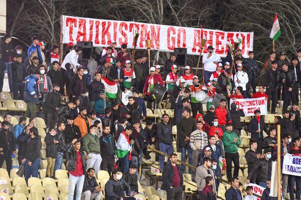 Фанаты пришли на футбол в полной боевой готовности: в футболках, с песней и инструментами - Sputnik Таджикистан