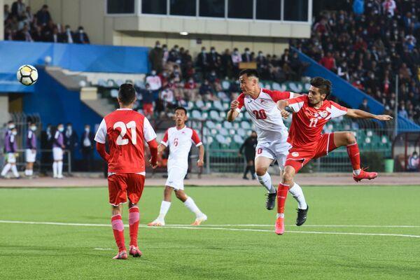 Таджикские футболисты бились за каждую передачу - Sputnik Таджикистан