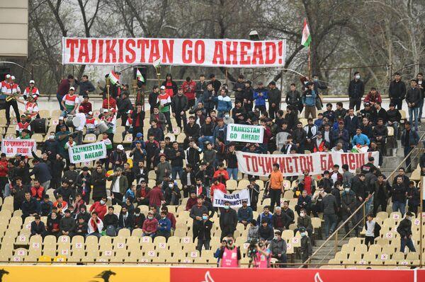 Транспаранты болельщиков были на трех языках - и поддержка трибун лучше всего приводит к победе - Sputnik Таджикистан