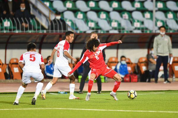 И как только не извернешься, чтобы не дать противнику отобрать мяч - Sputnik Таджикистан