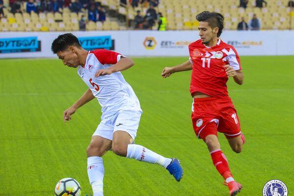 Зачастую даже простой отбор мяча превращался в напряженную дуэль - Sputnik Таджикистан