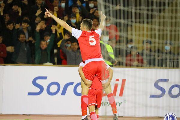 Радость от забитого гола заставляет парить в воздухе - пусть и на спине товарища по команде - Sputnik Таджикистан