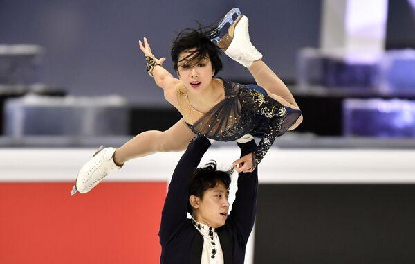Китайская спортивная пара Суй Вэньцзин и Хань Цун, они заняли второе место, набрав в сумме 225,71 балла - Sputnik Таджикистан