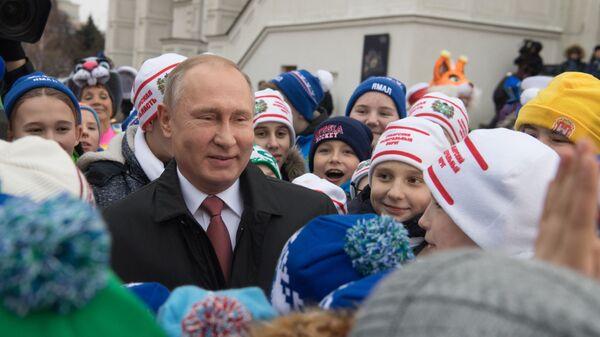 Президент РФ Владимир Путин во время встречи на Соборной площади с детьми - Sputnik Тоҷикистон