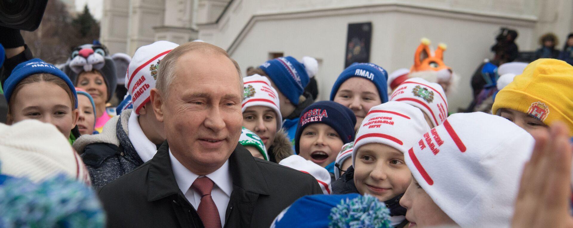 Президент РФ Владимир Путин во время встречи на Соборной площади с детьми - Sputnik Таджикистан, 1920, 30.03.2021