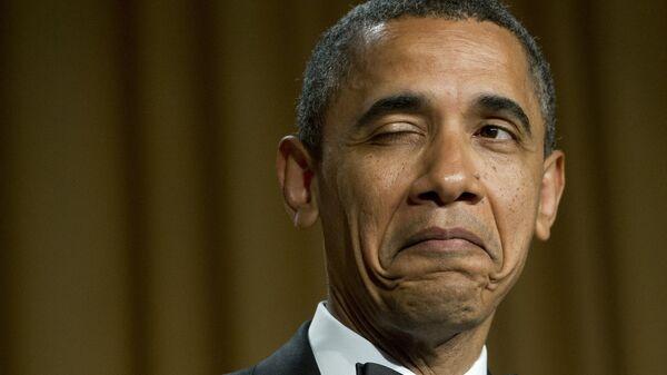 Президент США Барак Обама подмигивает, рассказывая анекдот о месте своего рождения во время ужина Ассоциации корреспондентов Белого дома в Вашингтонев, 2012 год  - Sputnik Тоҷикистон