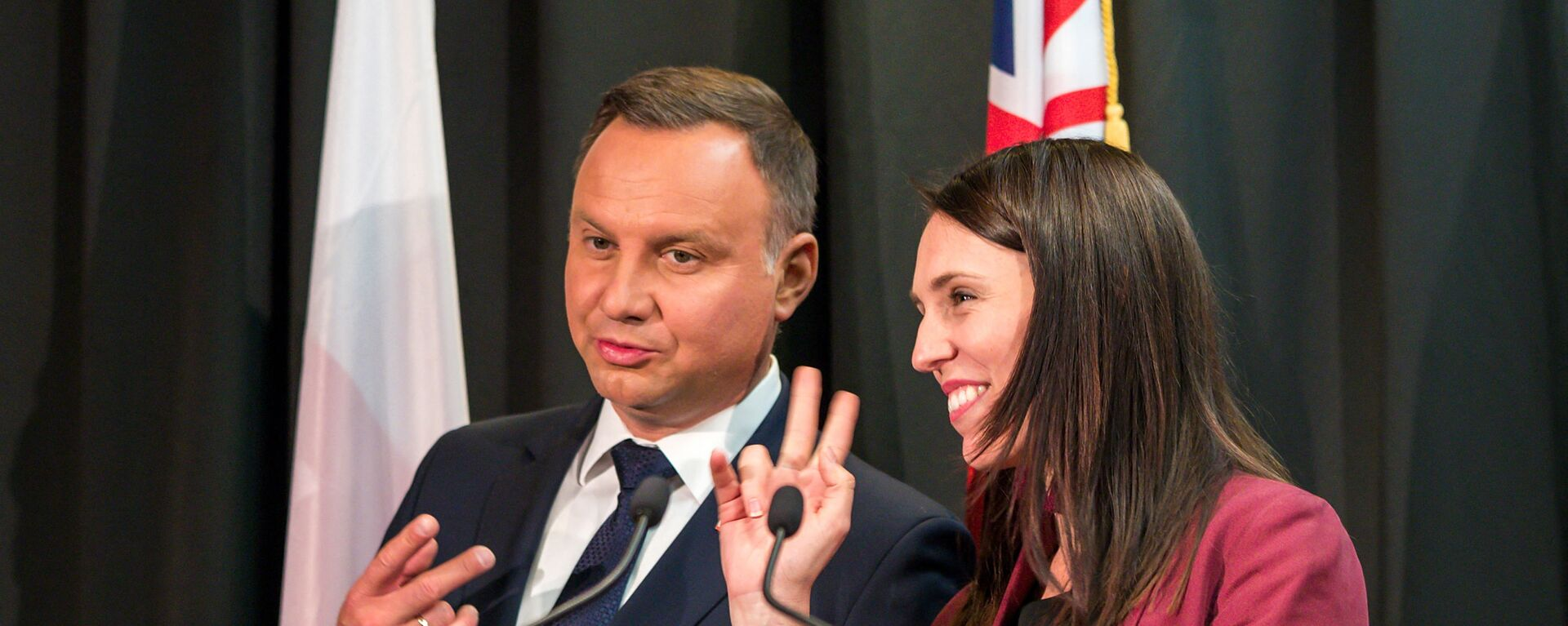 Президент Польши Анджей Дуда и премьер-министр Новой Зеландии Хасинда Ардерн шутят о количестве подписей на церемонии подписания в Окленде - Sputnik Таджикистан, 1920, 30.05.2021