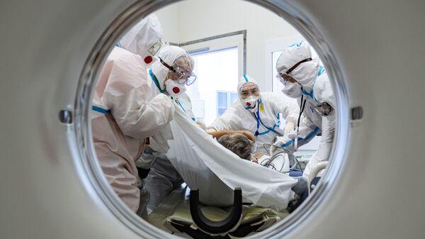 Медики помещают пациента в аппарат компьютерной томографии в городской клинической больнице №40 в Москве - Sputnik Тоҷикистон