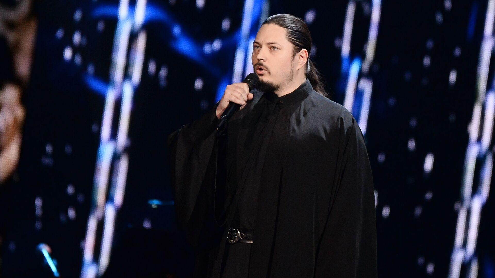 Иеромонах Фотий выступает на пятилетии шоу Голос - Sputnik Таджикистан, 1920, 01.04.2021