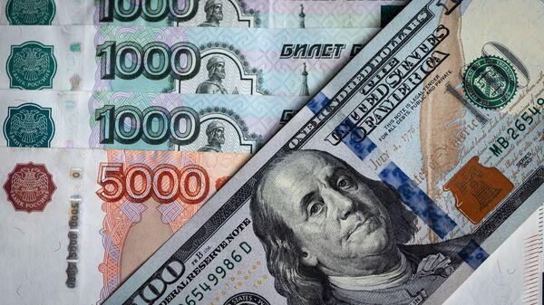 Денежные купюры: российский рубли и доллары - Sputnik Таджикистан