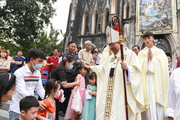 Католики после пасхального богослужения в Ханое  - Sputnik Таджикистан