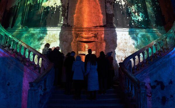 Верующие перед началом праздничного пасхального богослужения в Евангелическо-Лютеранской церкви Святой Анны (Анненкирхе) в Санкт-Петербурге - Sputnik Таджикистан