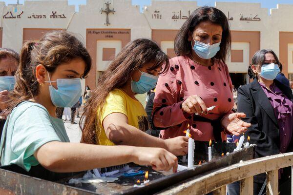Верующие после пасхального богослужения в Багдаде  - Sputnik Таджикистан