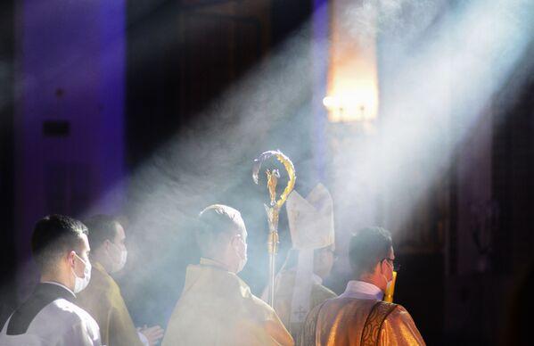 Священнослужители во время праздничного пасхального богослужения в Соборе Святого Иоанна Крестителя в Варшаве - Sputnik Таджикистан
