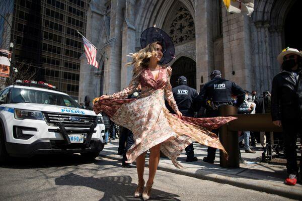 Девушка на пасхальном параде в Нью-Йорке  - Sputnik Таджикистан