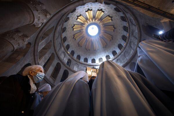 Женщина и монахини во время пасхального богослужения в Иерусалиме  - Sputnik Таджикистан
