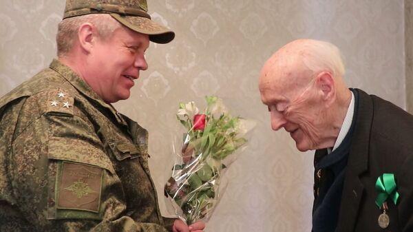 Командир РВБ  Серей Горячев в Таджикистане поздравил ветерана ВОВ Олега Соболева - Sputnik Таджикистан