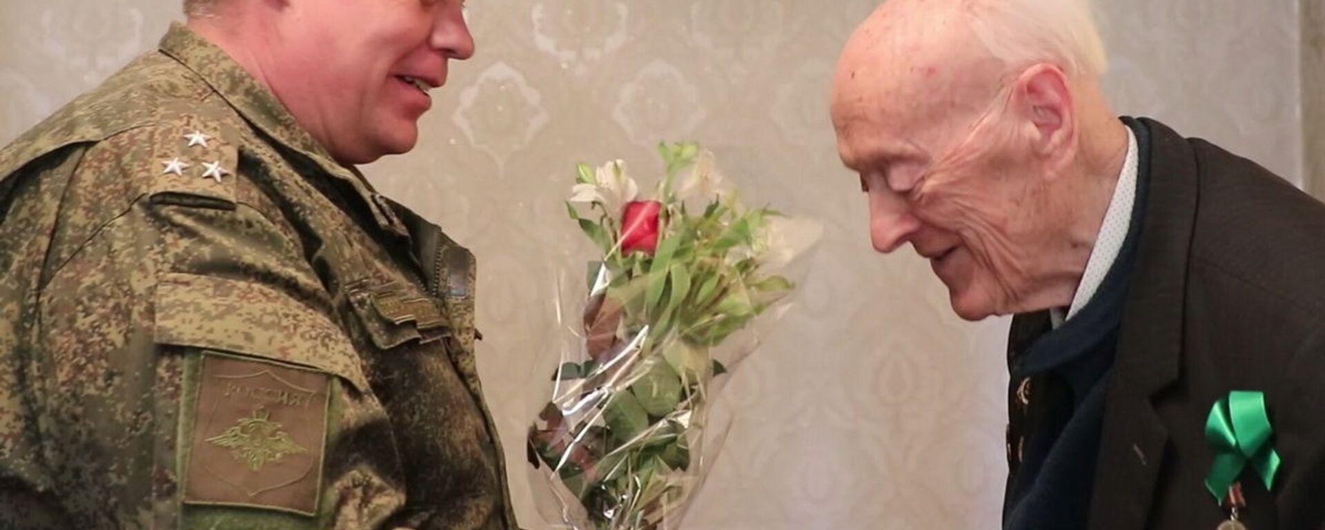 Командир РВБ  Серей Горячев в Таджикистане поздравил ветерана ВОВ Олега Соболева - Sputnik Таджикистан, 1920, 06.04.2021