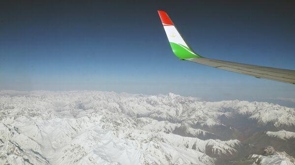 Вид гор из иллюминатора в самолете, архивное фото - Sputnik Тоҷикистон