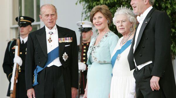 Королева Елизавета II и принц Филипп, герцог Эдинбургский с четой Бушей в Вашингтоне, 2007 год - Sputnik Тоҷикистон