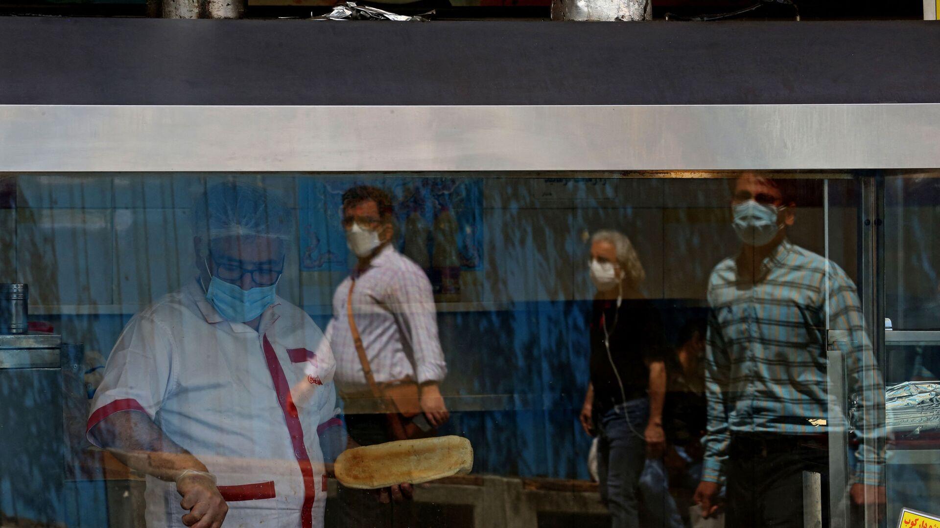 Люди напротив ресторана во время ужесточения направленных на борьбу с коронавирусом мер в Тегеране  - Sputnik Тоҷикистон, 1920, 19.04.2021