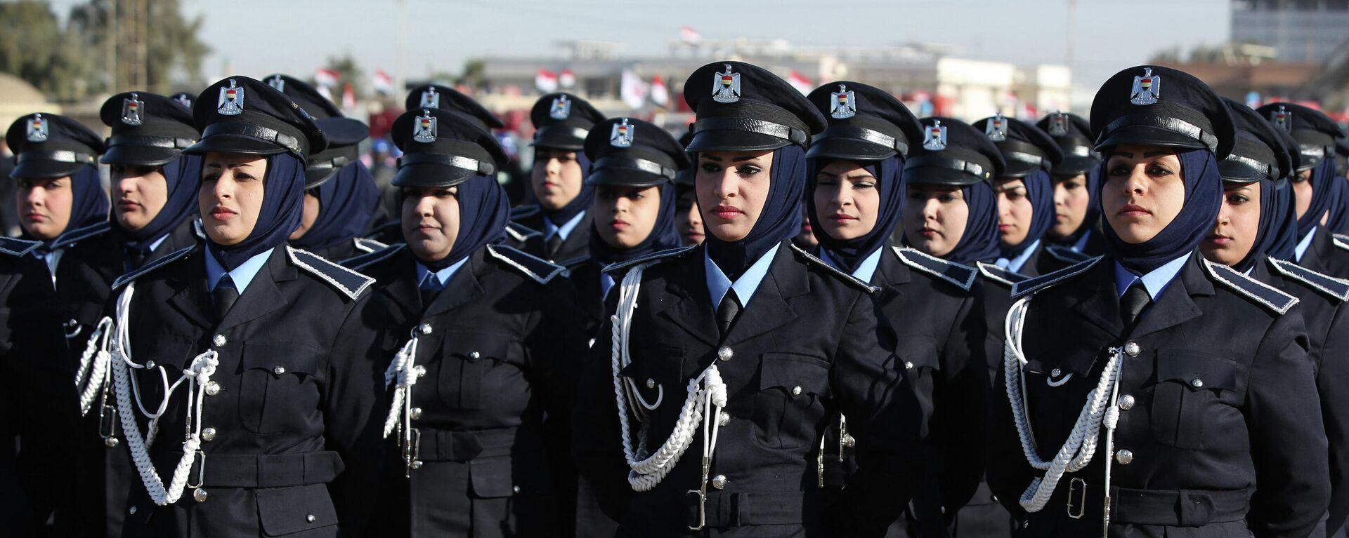 Женщины-полицейские на параде в честь 93-й годовщины образования полицейских сил в Багдаде, Ирак. - Sputnik Таджикистан, 1920, 12.04.2021