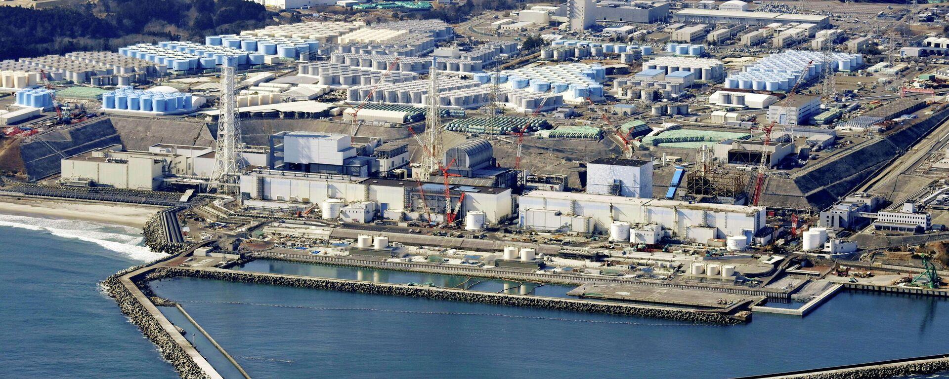 Территория атомной электростанции Фукусима в Японии с резервуарами для воды - Sputnik Таджикистан, 1920, 27.06.2021