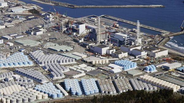 Территория атомной электростанции Фукусима в Японии с резервуарами для воды - Sputnik Таджикистан