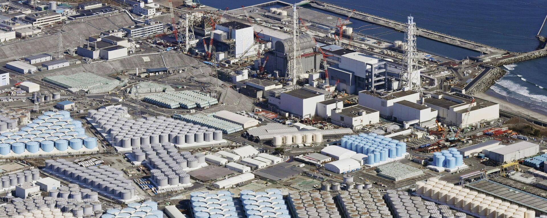 Территория атомной электростанции Фукусима в Японии с резервуарами для воды - Sputnik Таджикистан, 1920, 13.04.2021
