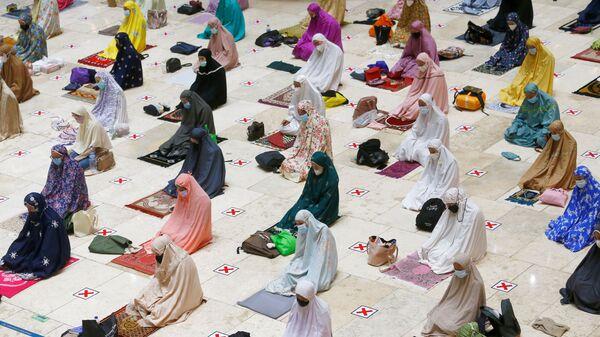 Мусульмане молятся накануне старта священного месяца Рамадан в Индонезии  - Sputnik Таджикистан