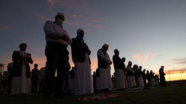 Мусульмане молятся в ожидании появления луны, знаменующей начало священного месяца Рамадан, на набережной в Кейптауне, Южная Африка - Sputnik Таджикистан