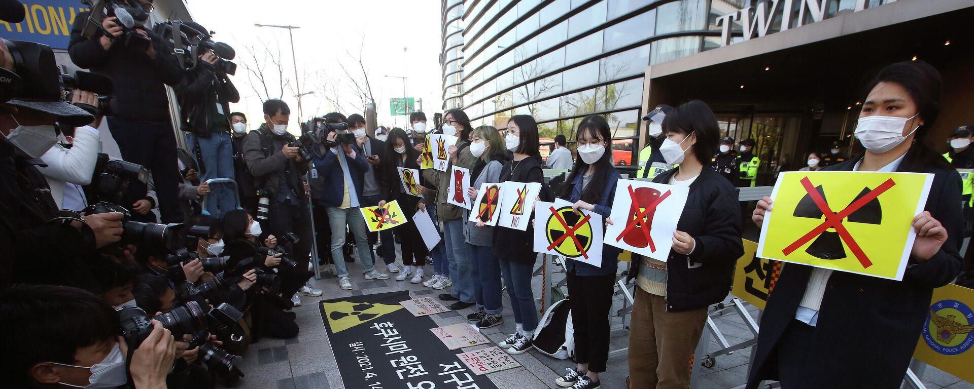 Активисты-экологи проводят митинг, осуждая решение правительства Японии по воде на Фукусиме - Sputnik Таджикистан, 1920, 14.04.2021