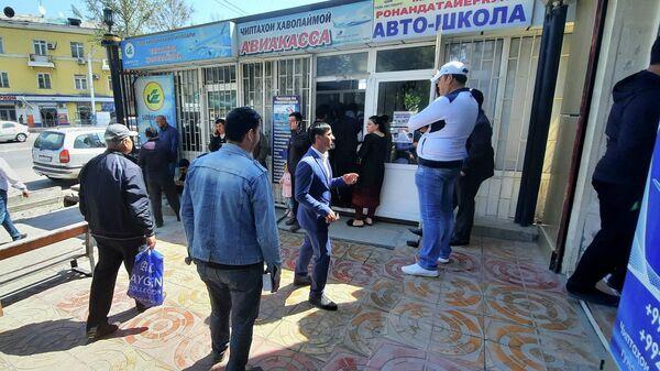 Очередь за авиабилетами в авиакассу в Таджикистане - Sputnik Тоҷикистон