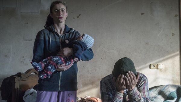 Азат Геворкян и его жена Анаик покидают свой дом в городе Лачин - Sputnik Таджикистан