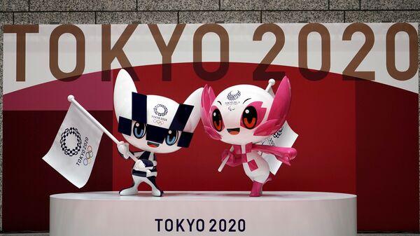 Фигуры талисманов Летней Олимпиады в Токио Miraitowa и Someity во время мероприятие по случаю 100 дней до Олийписких игр в Токио  - Sputnik Таджикистан