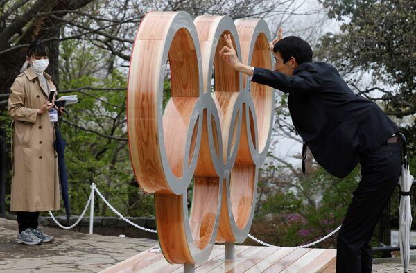 Марде дар пасманзари ҳалқаҳои олимпии Токио аксбардорӣ шудааст - Sputnik Тоҷикистон