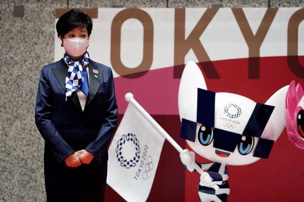 Губернатори Токио Юрико Коике дар назди ҳайкали Мираитова, яке аз талисмҳои расмии Бозиҳои Олимпӣ ва Паралимпии Токио-2020 - Sputnik Тоҷикистон