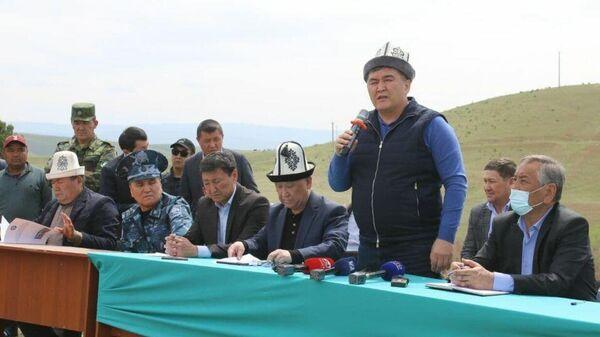 Председатель ГКНБ Камчыбек Ташиев во время встречи с жителями Кара-Сууйского района - Sputnik Тоҷикистон