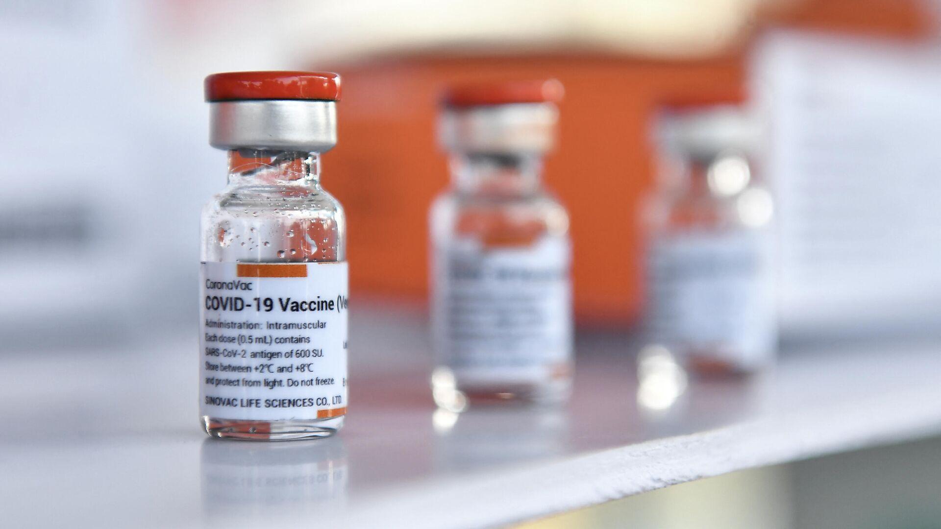 Флаконы с вакциной CoronaVac, разработанной китайской фирмой Sinovac - Sputnik Таджикистан, 1920, 01.06.2021