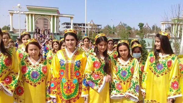 Управлением по делам женщин и семьи города Бохтара провели акцию по продвижению национальной одежды Мы носим Таджикона - Sputnik Тоҷикистон