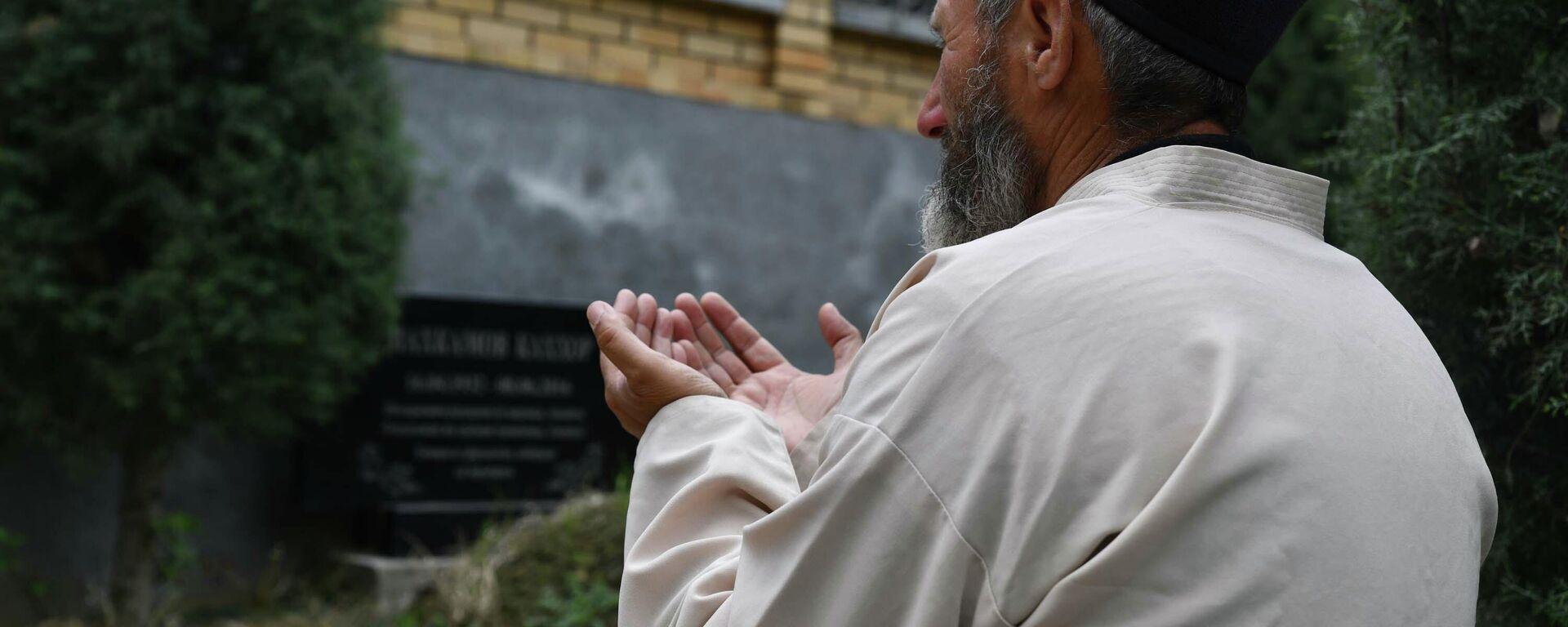 Мужчина молится на кладбище - Sputnik Таджикистан, 1920, 13.08.2021