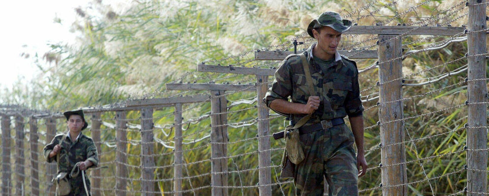 Таджикские пограничники патрулируют границу - Sputnik Таджикистан, 1920, 25.07.2021