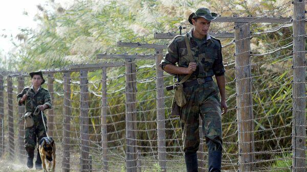 Таджикские пограничники патрулируют границу - Sputnik Тоҷикистон