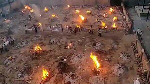На улицах индии сжигают трупы умерших от covid-19 - youtube  - Sputnik Тоҷикистон