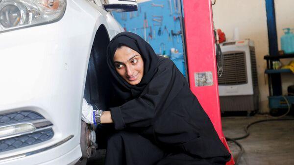 Владеющая гаражом по ремонту автомобилей Huda al-Matrooshi во время работы в ОАЭ  - Sputnik Таджикистан
