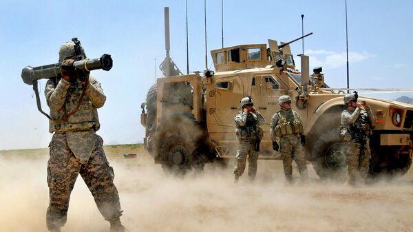 Солдат армии США стреляет из противотанковой ракеты - Sputnik Таджикистан