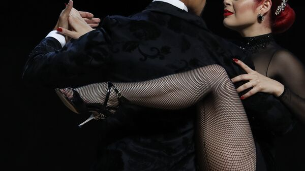 Танцоры во время исполнения танго в Буэнос-Айресе  - Sputnik Тоҷикистон